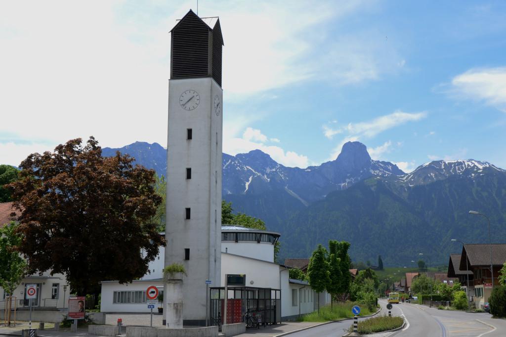 Eindrücklicher Kirchenturm der Kirche Allmendingen bei Thun